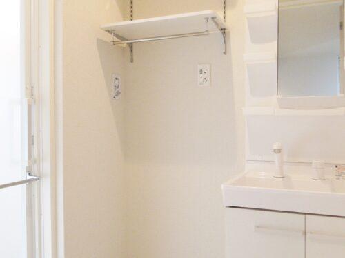 上部に棚がある洗濯機置場!